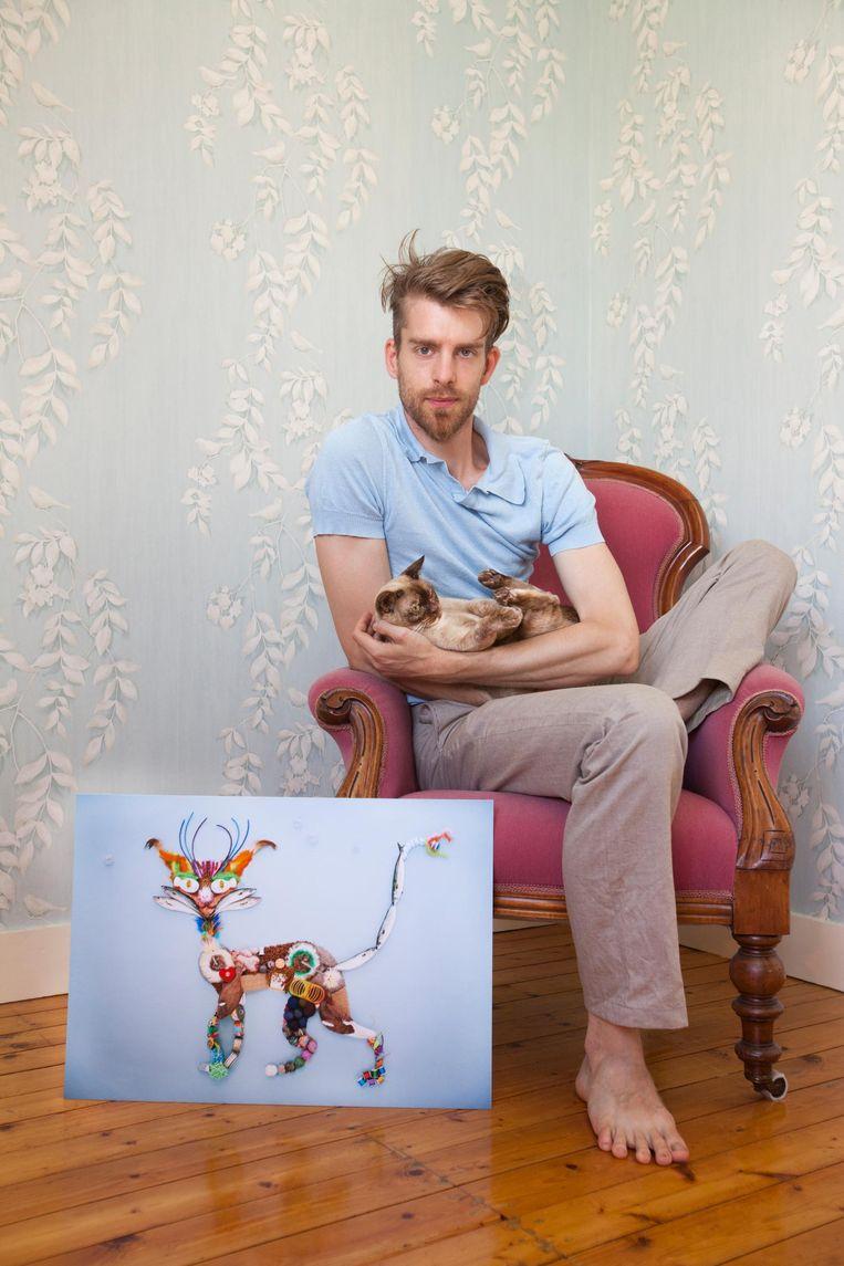 Fotograaf Rein Janssen met zijn foto. Beeld Eva Roefs