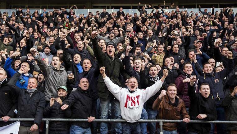 Supporters van PSV nadat Luuk de Jong het 2 - 0 doelpunt scoorde. Beeld Jiri Buller