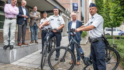 """Wijkagenten met de elektrische fiets over de hellingen van de Vlaamse Ardennen: """"Beter zichtbaar en sneller aanspreekbaar"""""""