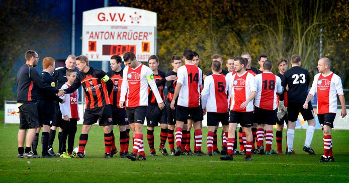 De elftallen van GVV (rood wit) en Beesd voor de aftrap van hun wedstrijd op het hoofdveld in Geldermalsen. Dat beeld keert voorlopig niet terug.