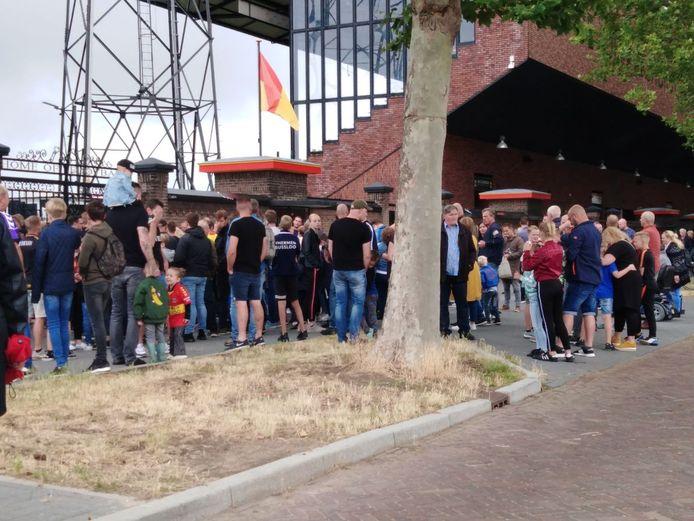 lange rijen bij het stadion voor aanvang van de open dag GAE