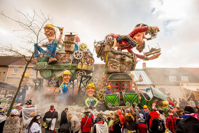 Veel bewondering voor de creatie van de Leutige Bouwers uit Lepelstraat die ook in de optocht van Halsteren met de overwinning aan de haal ging.