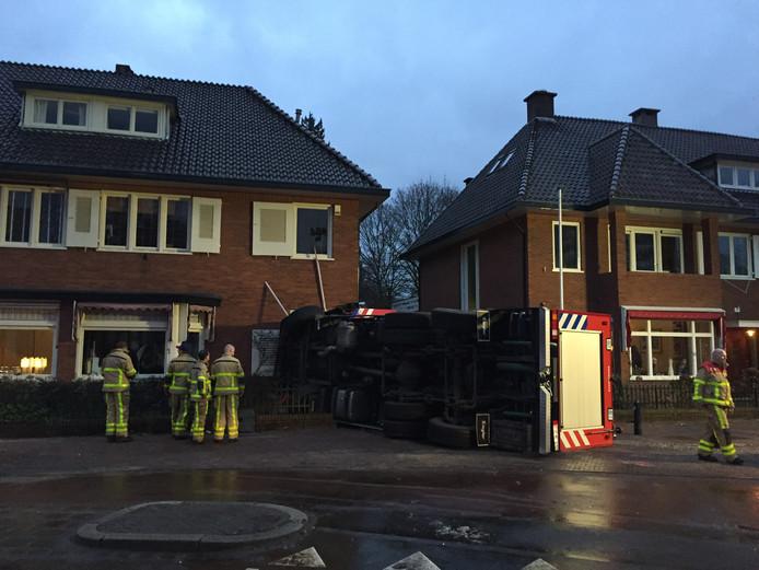 De brandweerwagen kwam kwam tot stilstand tegen de gevel. Foto: Pim Velthuizen
