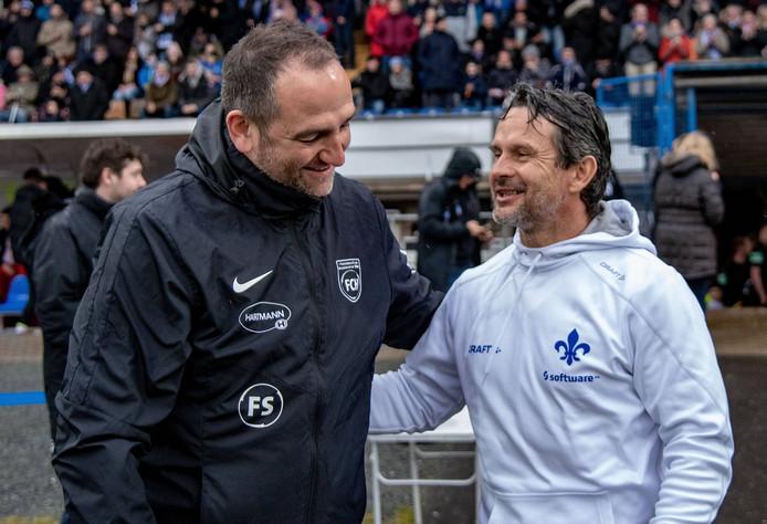 Frank Schmidt (links, trainer van FC Heidenheim) met Dirk Schuster, de trainer van SV Darmstadt 98.