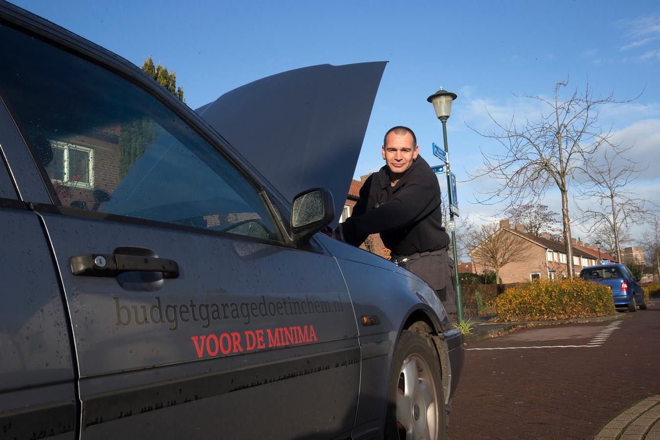 Bartjan Tijman doet met zijn budgetgarage aan huis mee aan de wandelingen door wijk De Hoop.