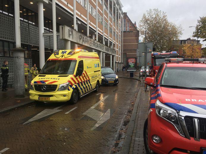 In de parkeergarage onder het Marktplein in Apeldoorn hing een indringende damp. Brandweer en ambulance werden na een 'onwel-melding' bij de GGD opgeroepen maar gingen snel weer weg.