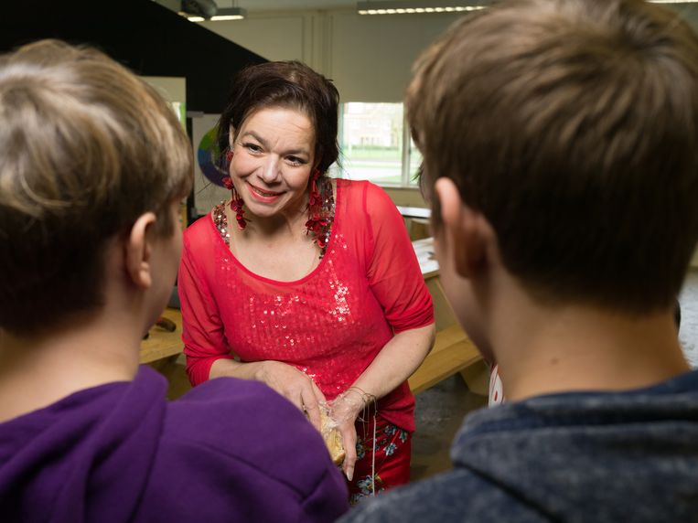 Longkankerpatiënt Anne Marie van Veen praat met leerlingen. Beeld Ivo van der Bent