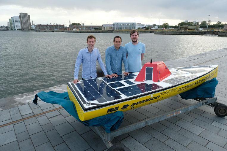 Ingenieur Pieter-Jan Note (links) en twee andere ontwerpers bij de knalgele boot.