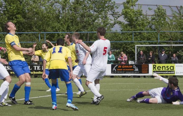 VRC (gele shirt) speelt voor de beker tegen De Merino's. Archieffoto: Herman Stöver