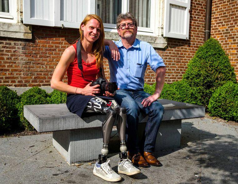 Fotograaf Jo De Groote met Hannelore Vens, die haar beide benen vier jaar geleden verloor bij een treinongeluk.