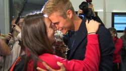 Nina Derwael opgewacht door haar lief bij aankomst in Brussel