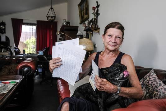 Mevr. Abbema moet na 65 jaar op Nederlandse les van Laborijn. De 65-jarige vrouw uit Gendringen is woedend.