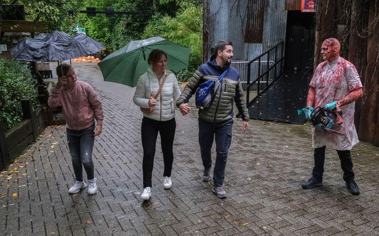 Charlotte Vanlaecke, Dwight Vermandere en Amber Dekemele uit Izegem genoten met volle teugen gisteren, ondanks het slechte weer.