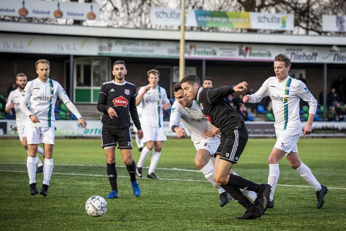 Mohammed Iallouchen op weg naar de 1-0 voorsprong voor FC Suryoye, nadat hij al twee verdedigers van SDC'12 heeft gedold.