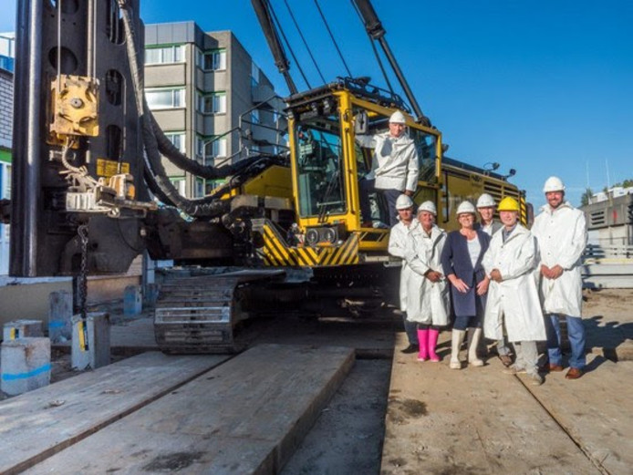 De symbolische eerste paal voor het Orthopedisch Centrum in Zoetermeer is geslagen door Rolf Bloem, medisch directeur van het nieuwe centrum (links).