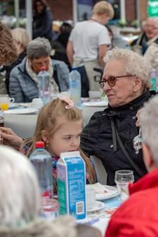 Jeugd laat senioren genieten van gratis paaslunch in Hoogerheide