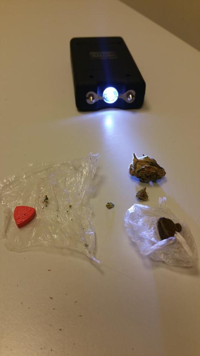 De politie vond naast een kleine hoeveelheid drugs een taser in de auto.