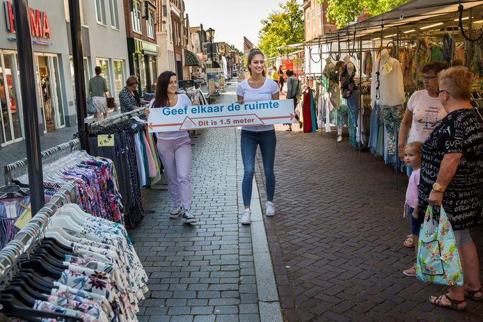 De vrouwen met hun 1,5 meter meetlat op de markt.