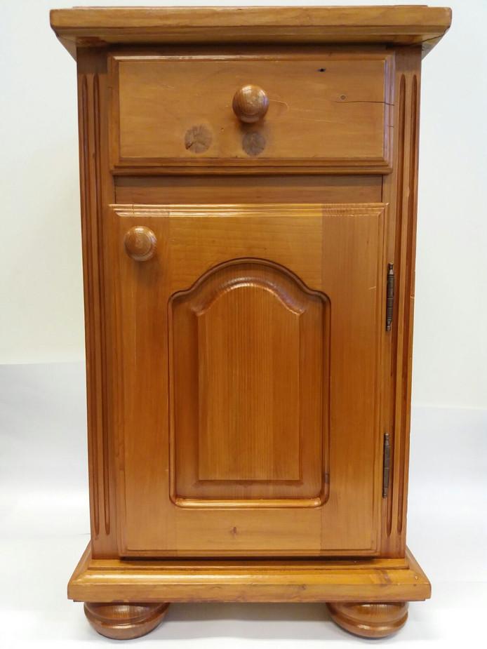 Een 'oma-kastje' dat Hoffmann Bedrijfsrecherche in zet om dieven in verzorgingshuizen te betrappen. Rechts boven de knop in de lade is een klein gaatje zichtbaar waarachter de camera gemonteerd is.
