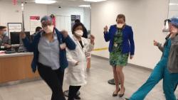 Verpleegkundigen shaken zorgen even weg in hartverwarmende clip