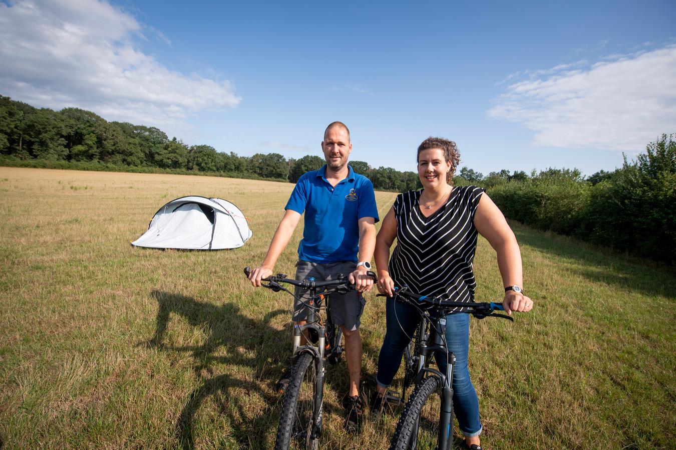 Robert en Bianca Veneklaas op het terrein waar de uitbreiding van de camping moet komen.