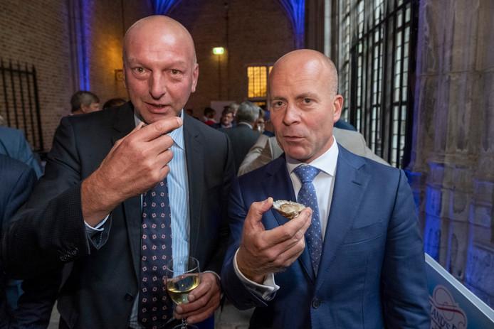 Op de Nationale Oesterpartij eet je natuurlijk een oester. Dat doen dijkgraaf Toine Poppelaars van waterschap Scheldestromen en staatssecretaris Raymond Knops (rechts) van Binnenlandse Zaken en Koninksrelaties dan ook.