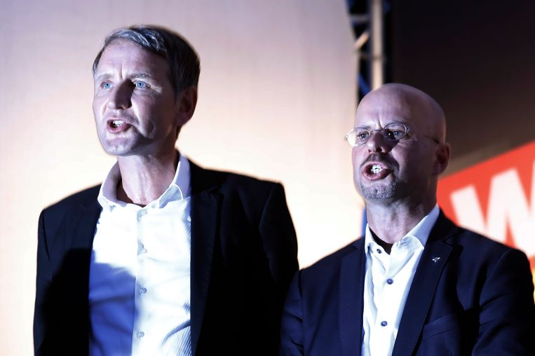Andreas Kalbitz (rechts) en Bjoern Höcke (links) zingen het nationale volkslied tijdens een verkiezingscampagne in Koenings Wusterhausen. Beeld EPA