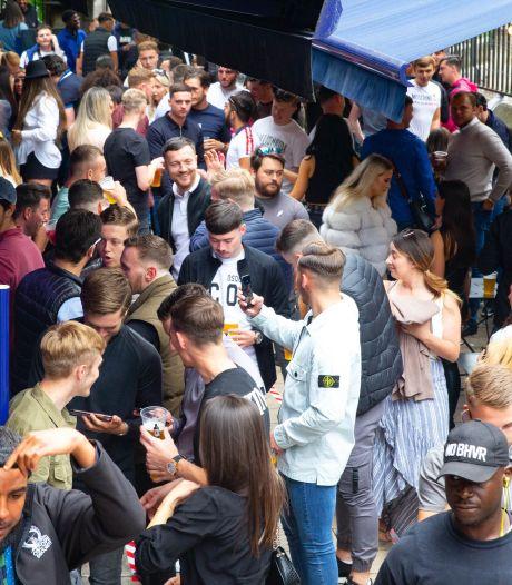 Britten massaal weer naar de pub: 8,5 miljoen liter bier, afstandsregel niet altijd gerespecteerd