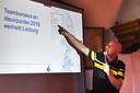Teamchef De Rooij legt uit waar bureaus en steunpunten van politie overblijven.