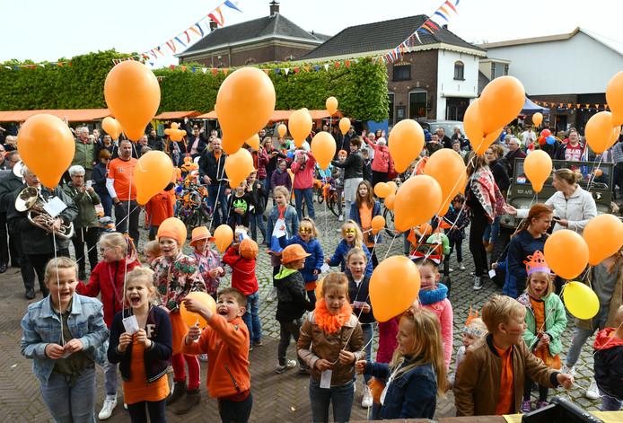 In Ingen werden op het Dorpsplein ballonnen opgelaten.