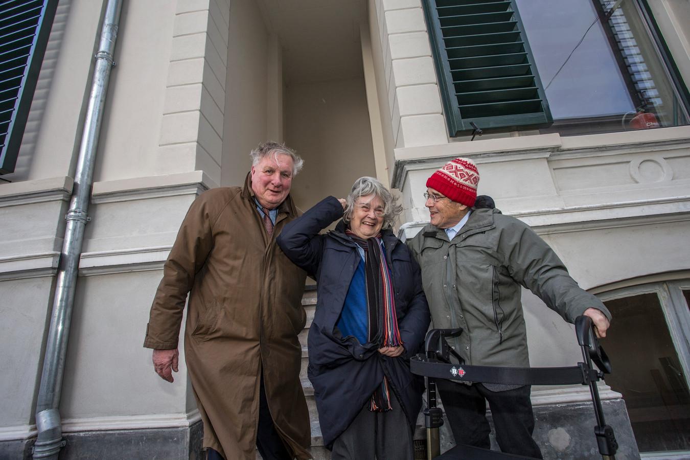 Zutphenaar Pier Arkesteijn en Wally van Halls kinderen Mary-Ann en Aad (vlnr) voor het pand op de hoek van de IJsselkade en de Marspoortstraat waar de 'Bankier van het Verzet' in de jaren 30 werkte als bankdirecteur.