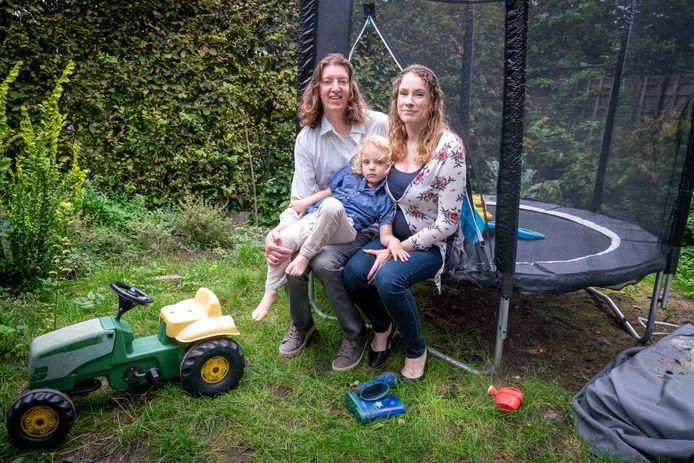 Dolf, Oscar en Kitty in hun achtertuin.