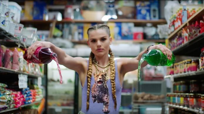 Famke Louise heeft geen onlinechallenges nodig voor veel views. Haar eerste videoclip Op Me Monnie werd in vier maanden ruim 10 miljoen keer bekeken.
