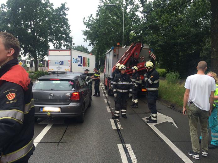 Voor een verkeerslicht op de Karel de Grotelaan zijn twee auto's achterop elkaar gebotst.