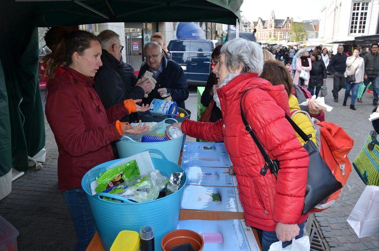De bezoekers van de woensdagmarkt hadden heel wat sorteervragen voor de afvalstewards van IDM.