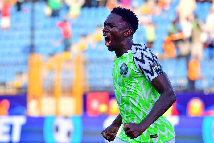 Kenneth Omeruo viert zijn goal tegen Guinea.