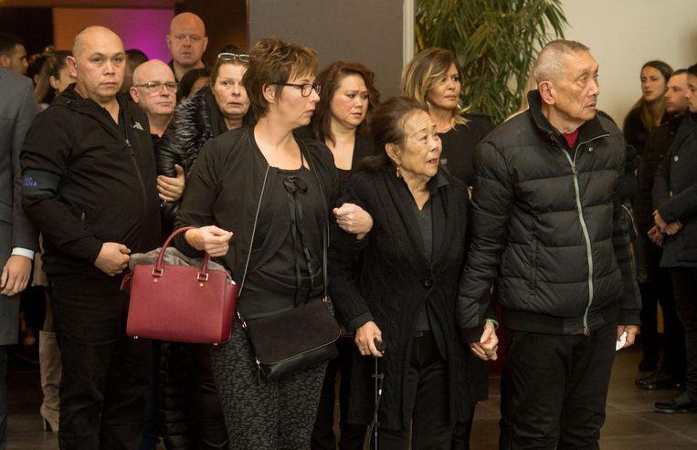 Grootvader Hendrik (rechts) en Ivana's grootmoeder (midden) vonden steun bij elkaar. Achter hen loopt haar vader (links).