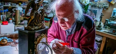 Tijd tikt voor laatste antieke klokkenzaak van Tilburg: 'Ik ben met de handel getrouwd'
