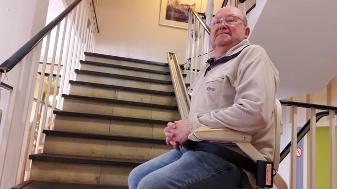 Piet Wijnen (78) demonstreert de stoeltjeslift in woonzorgcentrum Kievitshorst.