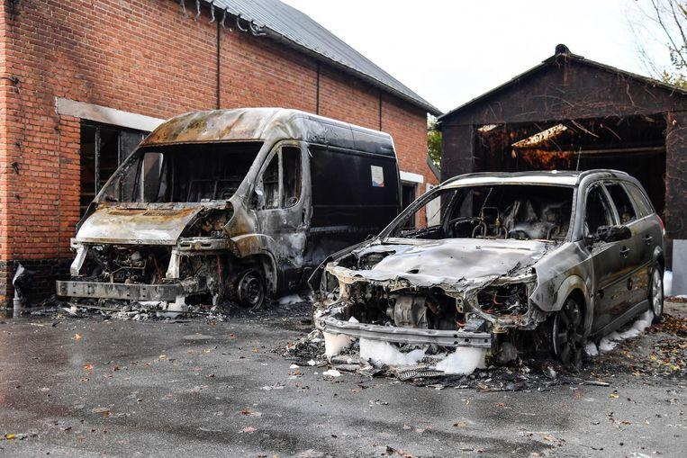 De brandweer kon het vuur doven, maar van beide voertuigen bleef amper nog iets over.