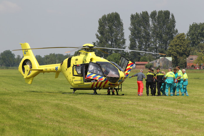De parachutiste werd per traumahelikopter naar het ziekenhuis gebracht.