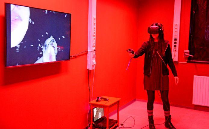 Bij het kunstwerk 'All around me are familiar faces' zagen deelnemers gezichten om zich heen.