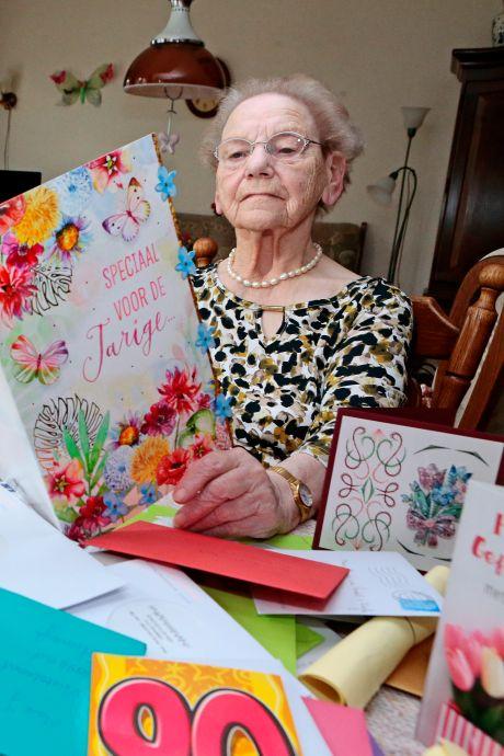 Oproep om kaarten aan jarige Jenny (90) te sturen krijgt massaal gehoor: 'Niet te bevatten, zo veel'