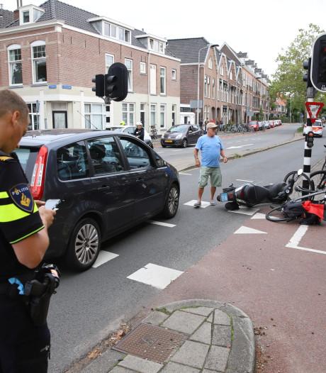 Scooterrijdster gewond na aanrijding met auto op Julianalaan