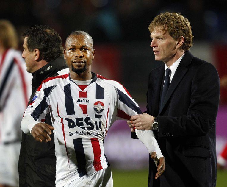 Willem II-speler Ibrahim Karbgo (L) met trainer Alfons Groenendijk in 2009. Kargbo is de hoofdpersoon in het matchfixingschandaal rond Willem II. Beeld anp