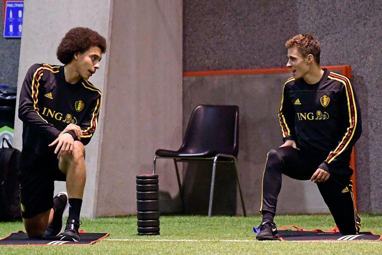 Thorgan Hazard praat bij met Bundesliga-collega Axel Witsel.