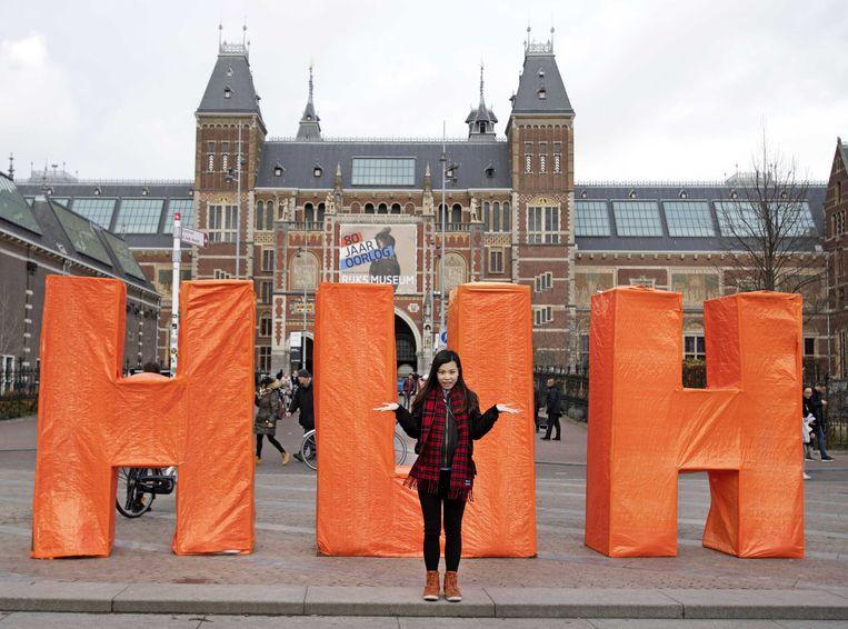 Een paar uur nadat de beroemde rood-witte letters I amsterdam van het Museumplein waren verwijderd, stonden er nieuwe letters voor het Rijksmuseum. Designer Pauline Wiersema had er de letters HUH neergezet.  Beeld ANP