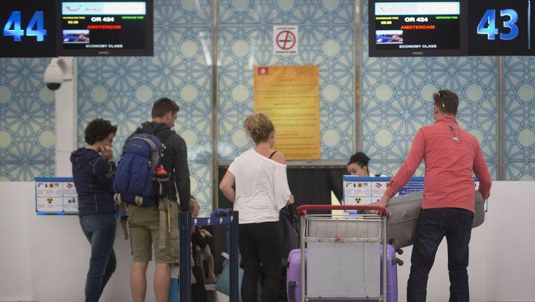 Vakantiegangers bij de incheckbalie op de luchthaven Enfidha Hammamet, na de aanslagen in de Tunesische plaats Sousse Beeld anp