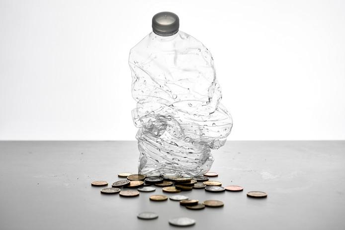 De verwachting is dat statiegeld op petflesjes en drankblikjes 90 procent minder zwefvuil oplevert.