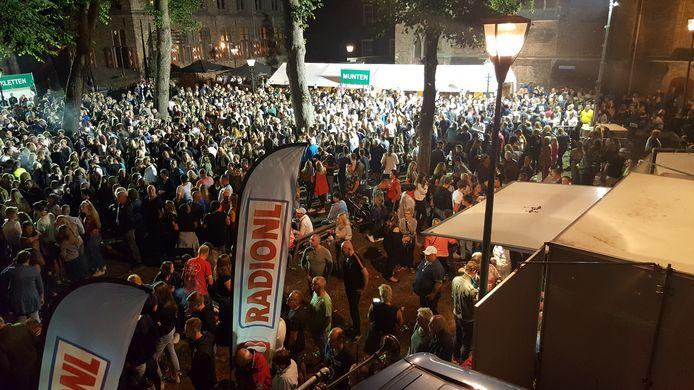 Drukte rond het hoofdpodium van het Stratenfestival, vorig jaar. Door geldgebrek wordt het hoofdpodium dit jaar geschrapt.